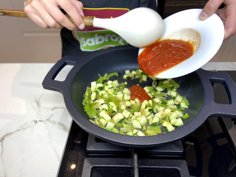 añadimos el tomate frito casero