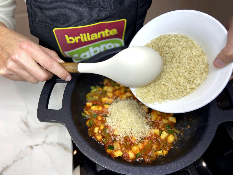 añadimos el arroz a la sartén