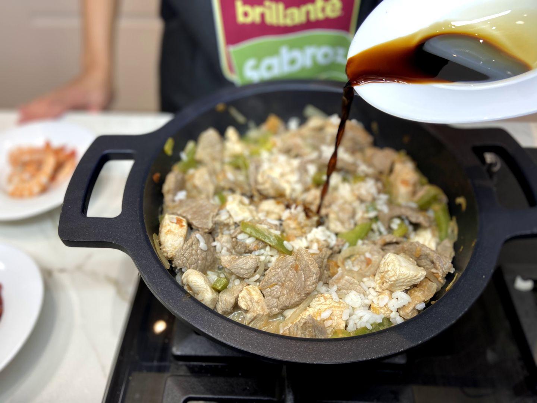 añadir la salsa de soja