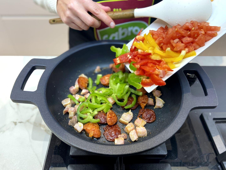 añadimos el pimiento y el tomate a la sartén