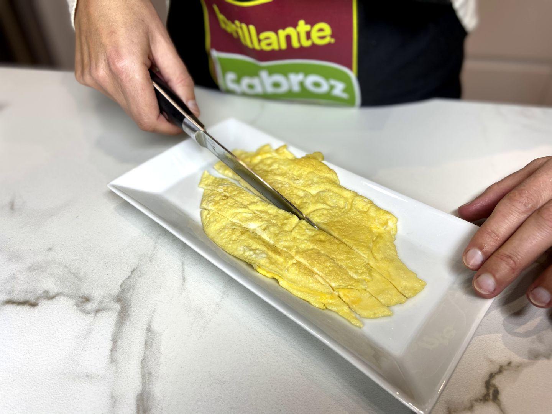 cortando en tiras la tortilla francesa