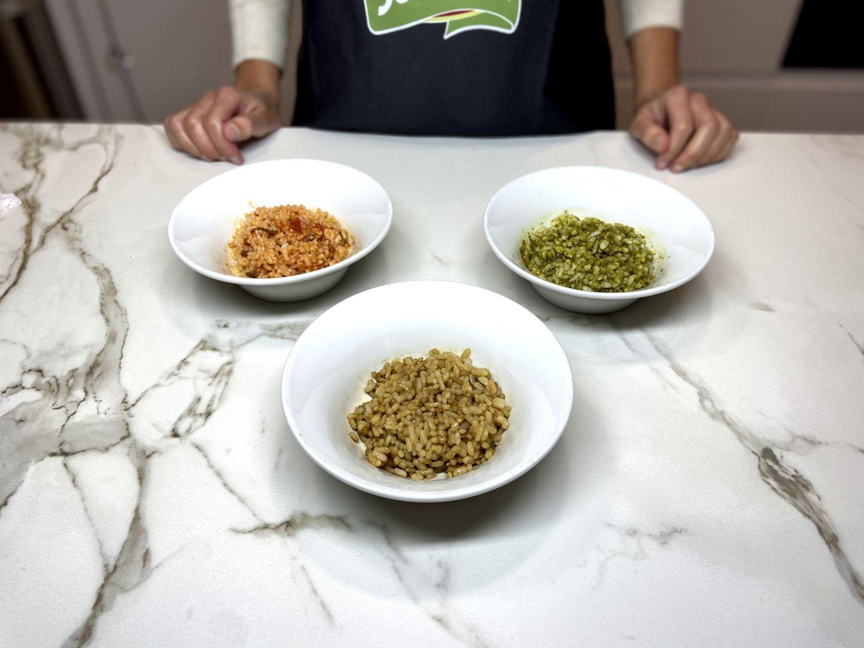 arroz dividido en tres recipientes con distintos sabores