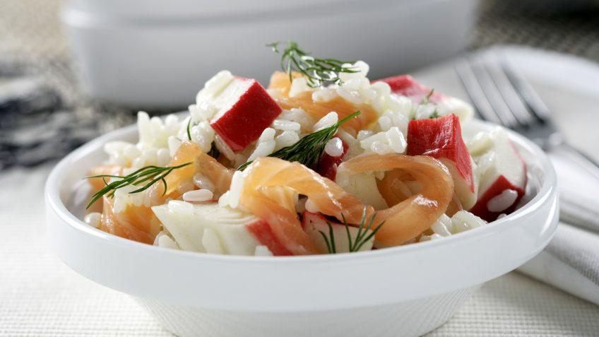 Arroz con salmón ahumado, cangrejo y eneldo