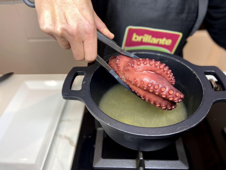 Cocer el pulpo en agua hirviendo con sal, pimienta y laurel