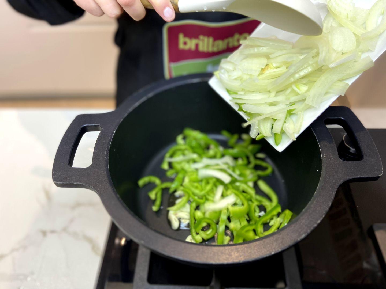 dorar el ajo, la cebolla y el pimiento