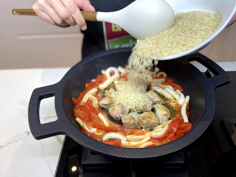 añadir el arroz a la paella