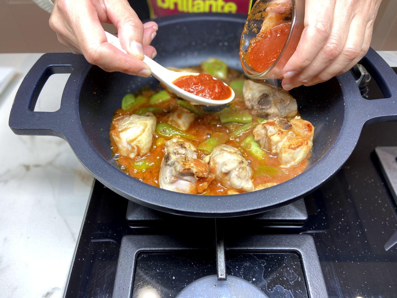 añadir la salsa de tomate