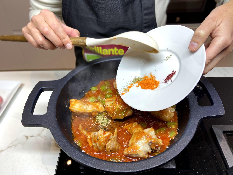 añadir romero, azafrán y colorante