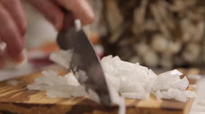 Cortamos una cebolla lo más fina posible