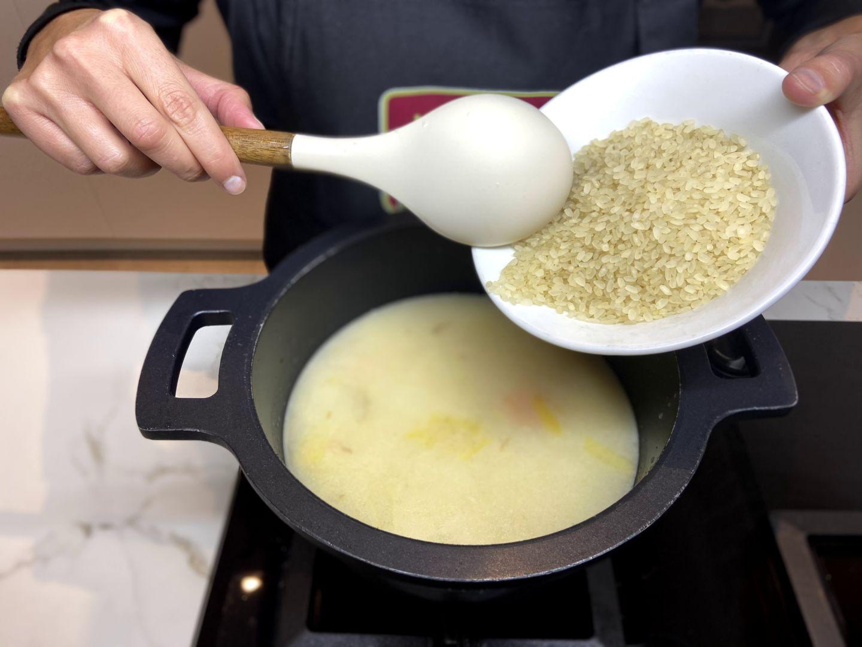 añadir el arroz al caldo de puchero