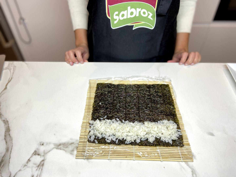 extender el arroz sobre el alga nori