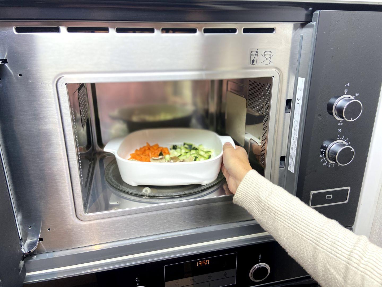 introducimos el bol de verdura en el microondas