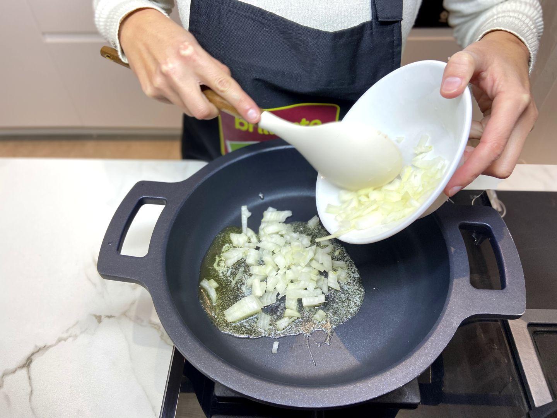 agregamos cebolla a la sartén con mantequilla
