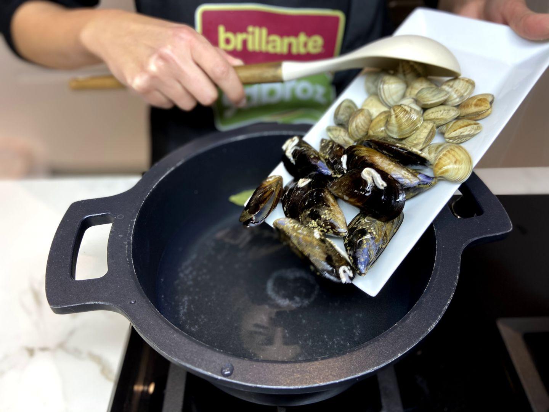 añadir los mejillones y las chirlas a la cazuela con agua
