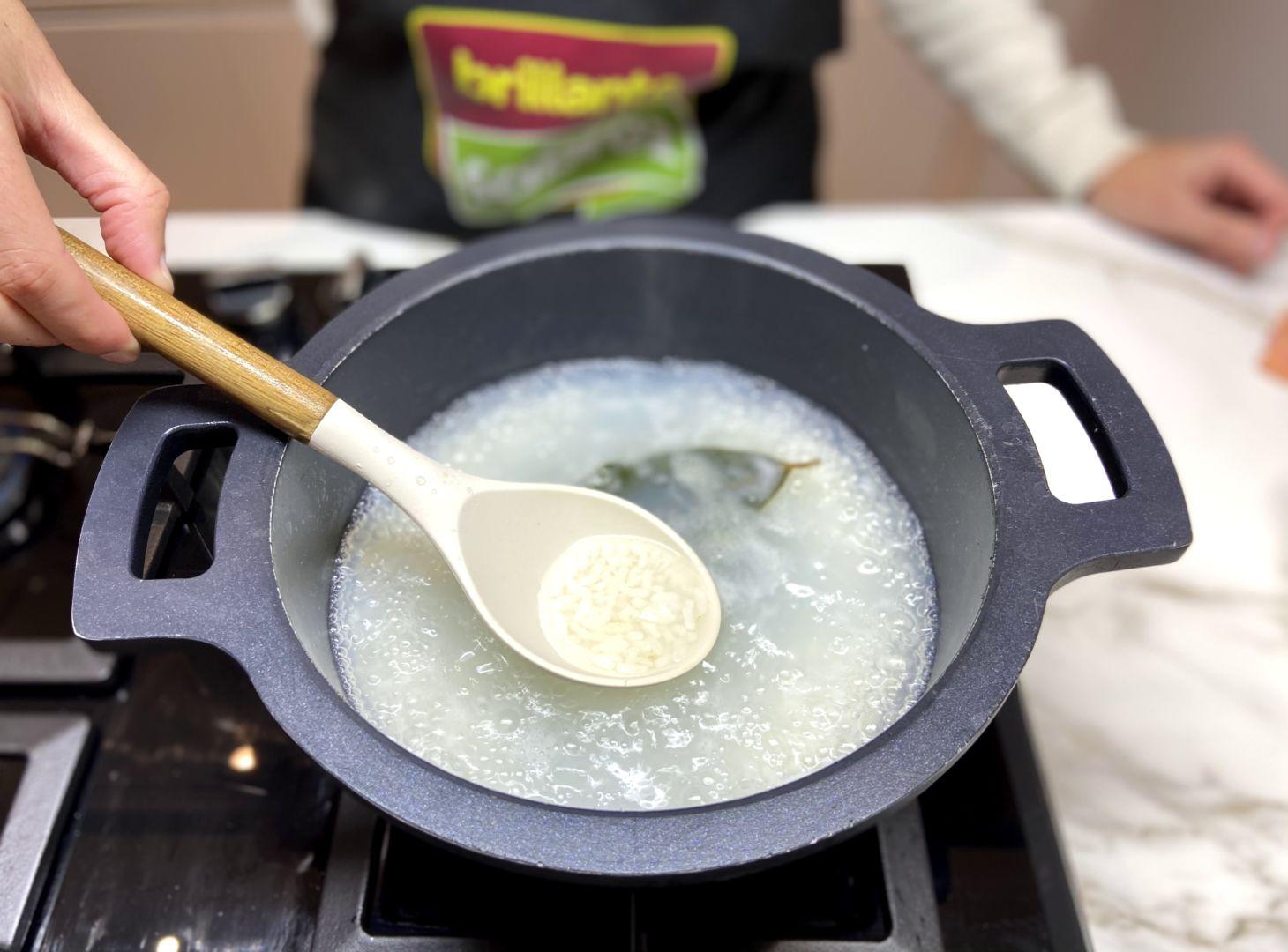 ponemos a hervir el arroz con una hoja de laurel