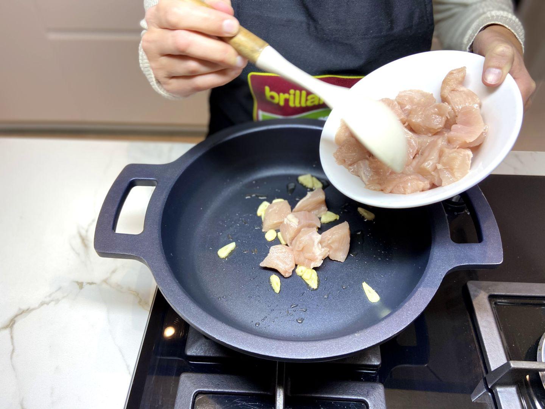añadimos el pollo a la sartén
