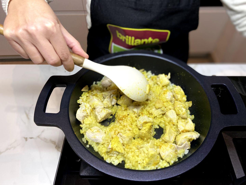 mezclamos el arroz con el curry