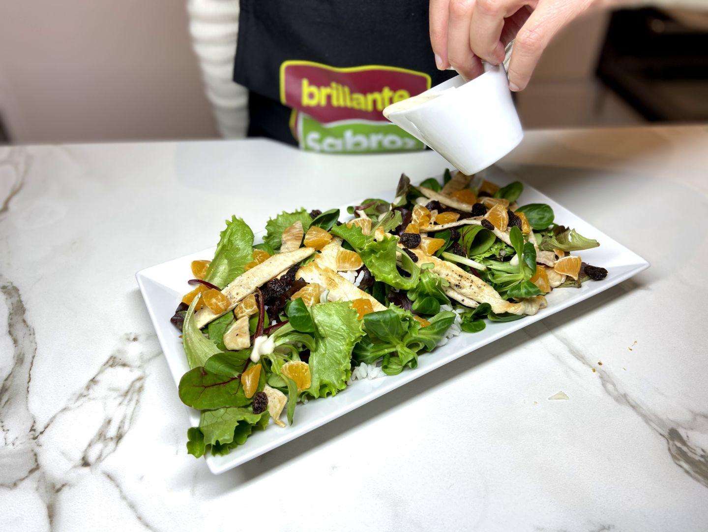Aliñar la ensalada con salsa agridulce