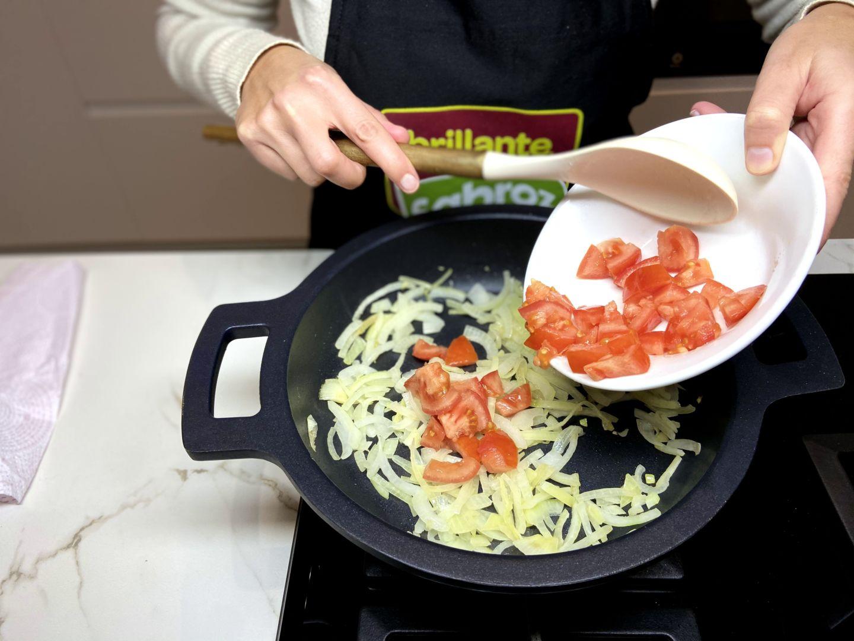 pochamos la cebolla y el tomate