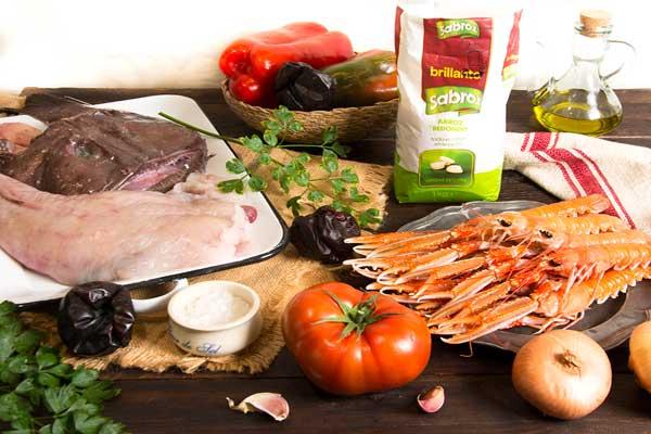 Todos los ingredientes para hacer arroz caldoso de marisco
