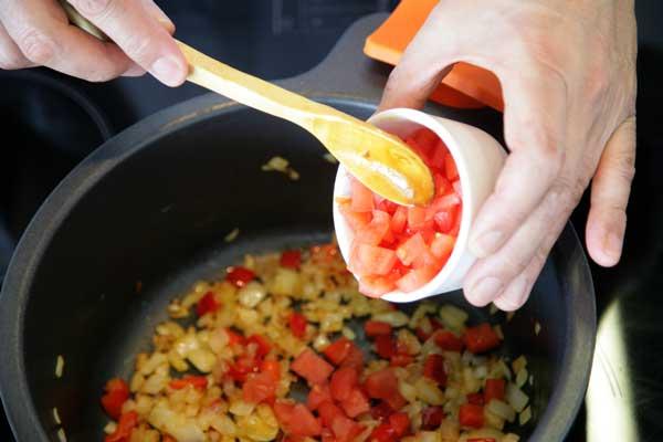 Incorporamos el tomate en la cazuela con el sofrito