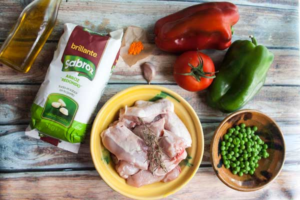 ingredientes-para-un-arroz-con-pollo-brillante-sabroz-pimientos-pollo-y-guisantes
