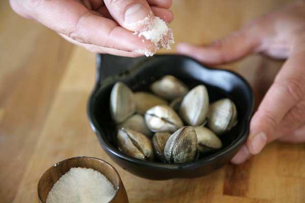 almejas en remojo con agua y sal