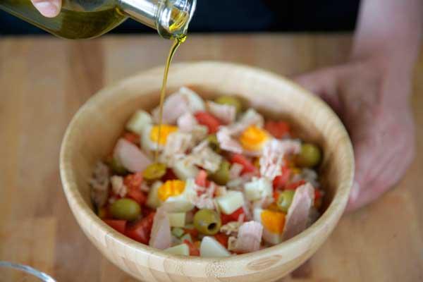 adereza-la-ensalada-con-aceite-de-oliva