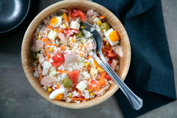 ensalada-de-arroz-con-huevo-tomate-y-atun