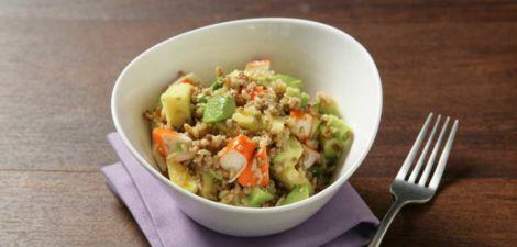 Ensalada de arroz integral con quinoa, cangrejo y aguacate