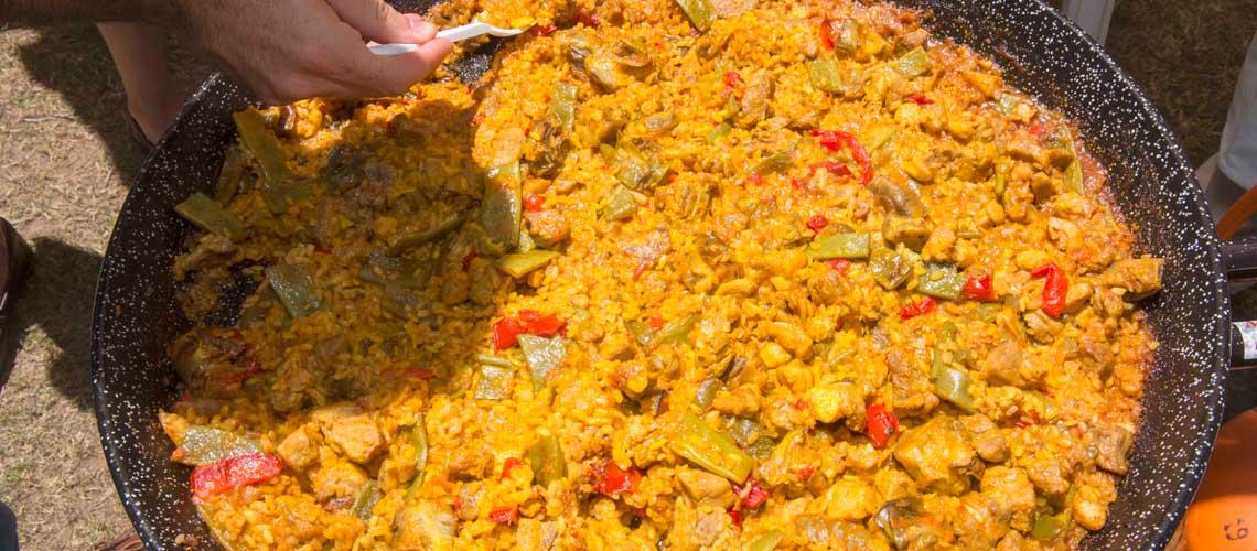 Paella de verduras y carne para 20 personas