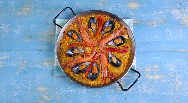 paella-mixta-con-mejillones-pimientos-y-gambas