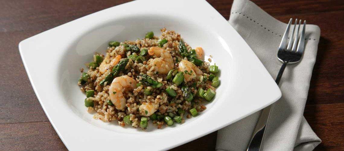 Salteado de arroz integral con quinoa, gambas y espárragos trigueros