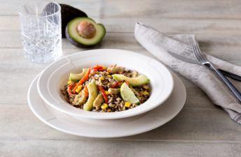 Arroz integral con aguacate, chía, maíz y pavo al curry