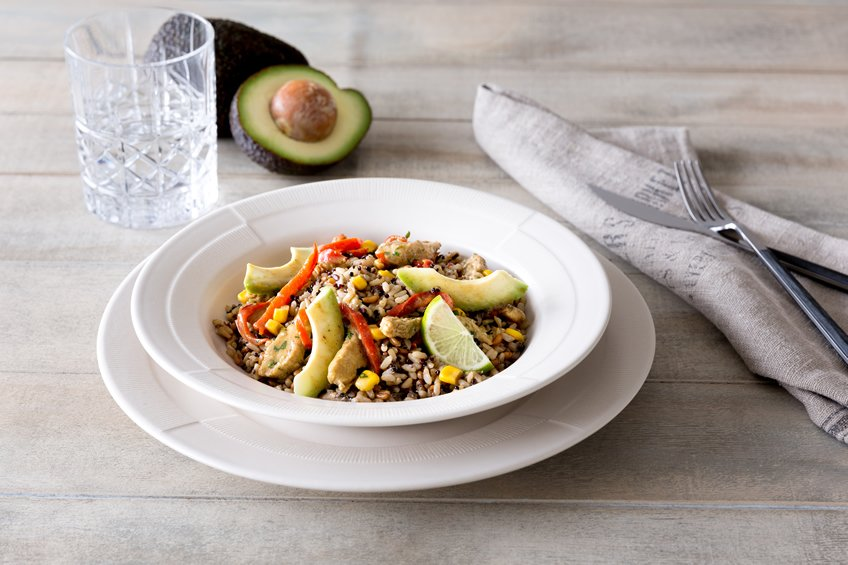 Arroz integral con chía, aguacate, maíz y pavo al curry