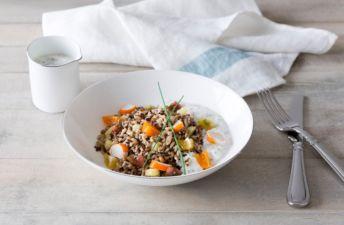 Ensalada de arroz integral con chía, cangrejo, tomate y piña, con salsa de yogur de soja