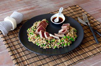 Plato de tataki de atún con guisantes, bulgur, quinoa y zanahorias