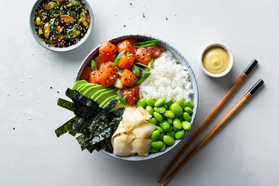 Poke japonés con salmón, jengibre encurtido, soja, tiras de nori y mayonesa de wasabi