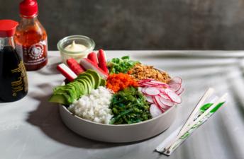 Poke bowl con surimi aguacate cebolleta rábano mayonesa de wasabi y cebolla frita