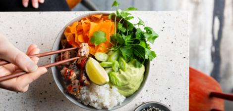 Poke de atún con salsa de aguacate, lima con cilantro, salsa de sriracha y cebolletas