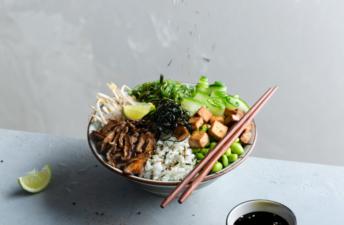 Poke-vegano-con-shiitake-frito-con-togarashi-soja-pepino-nori-y-furikake
