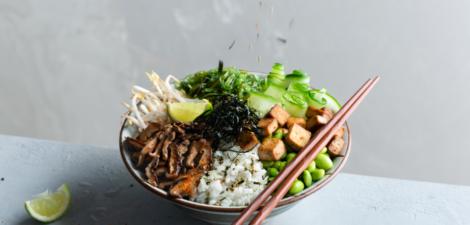 Poke vegano con shiitake frito con togarashi, soja, pepino, nori y furikake