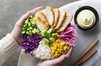 Poke-de-pollo-crujiente-con-maíz-repollo-rojo-cebolla-tierna-pepino-y-mayonesa-de-wasabi-al-estilo-japonés.
