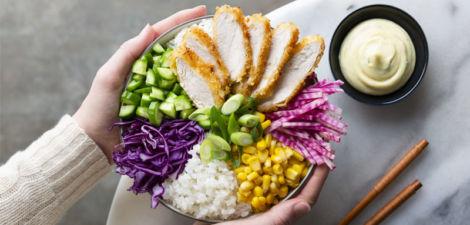 Poke de pollo crujiente con maíz, lombarda, cebolla tierna, pepino y mayonesa de wasabi al estilo japonés