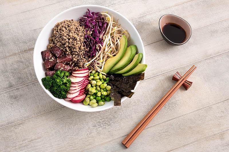 Poke de quinoa y atún: una propuesta saludable para hacer un bol