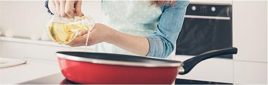Primer paso de la receta, calentar el aceite en una sartén