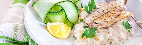 Paso 4, servir la merluza junto al arroz basmati y los vegetales