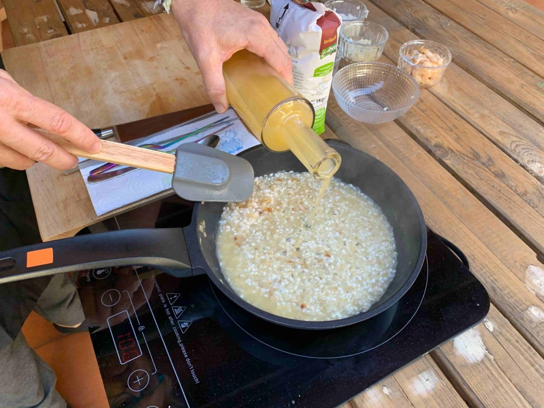 añadimos caldo al arroz