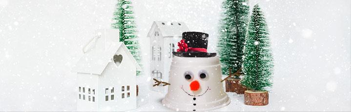 manualidad de muñeco de nieve hecho con vasitos de Brillante