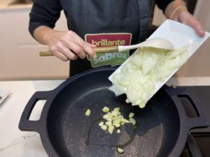 Se pochan la cebolla y los ajos picados